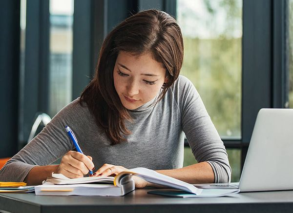 چگونه درس بخوانیم؟ (7 راهکار آسان و کاربردی برای درس خواندن)