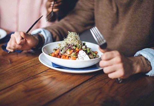 جلوگیری از پرخوری و کاهش وزن با 7 روش آسان و کاربردی