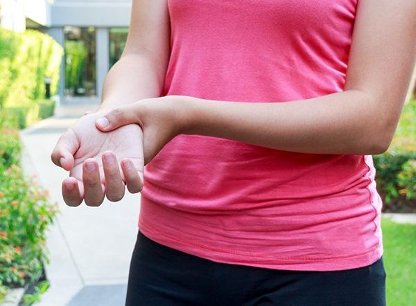 سندروم دست بی قرار چیست و چه تفاوتی با دست بیگانه دارد؟