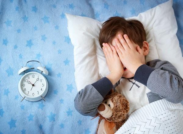 چگونه سریع به خواب برویم؟ (6 روش علمی و کاربردی برای خواب سریع)