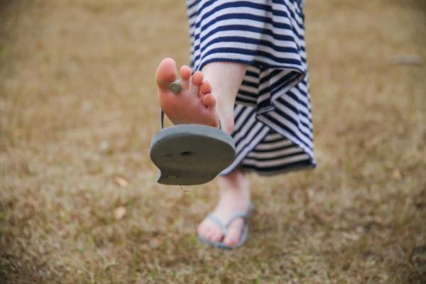 آیا پوشیدن دمپایی لا انگشتی مضر است ؟ (عوارض دمپایی لا انگشتی)