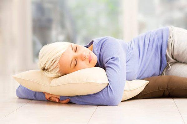 آیا خوابیدن روی زمین فوایدی دارد ؟ چه کسانی نباید روی زمین بخوابند؟