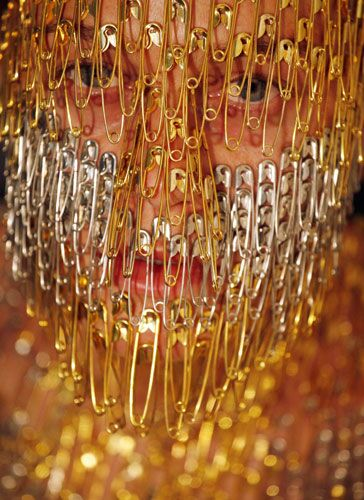 هنرنمایی یک زن با سنجاق قفلی +عکس