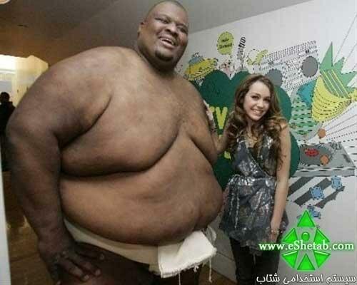 عکسی از دختر مشهور هالیوودی در کنار یک غول