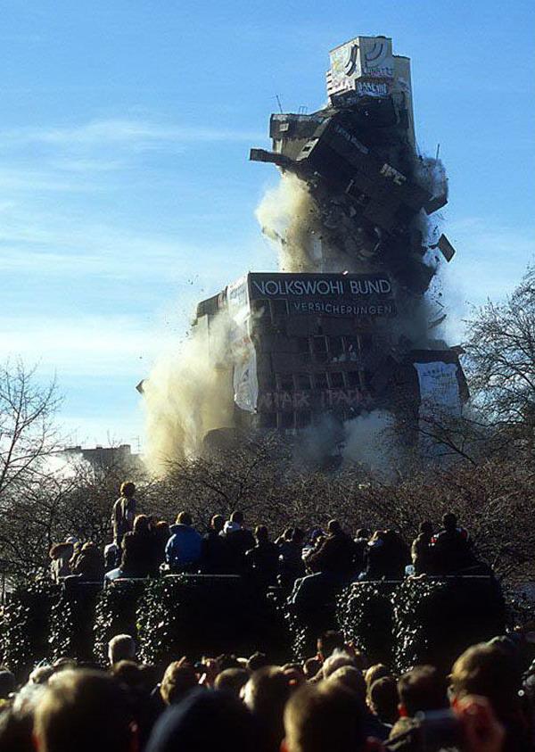 تصاویری از تخریب بناهای غول پیکر