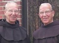 مرگ همزمان كشیش های دوقلوی جدانشدنی در 92 سالگی (تصاویر)