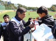 عکس: افشین قطبی در حال امضا دادن به کودکان ژاپنی