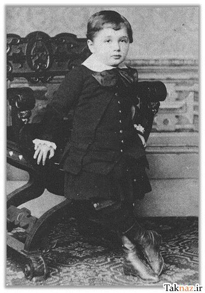 یادبودی از آلبرت انیشتین همراه با تصاویر