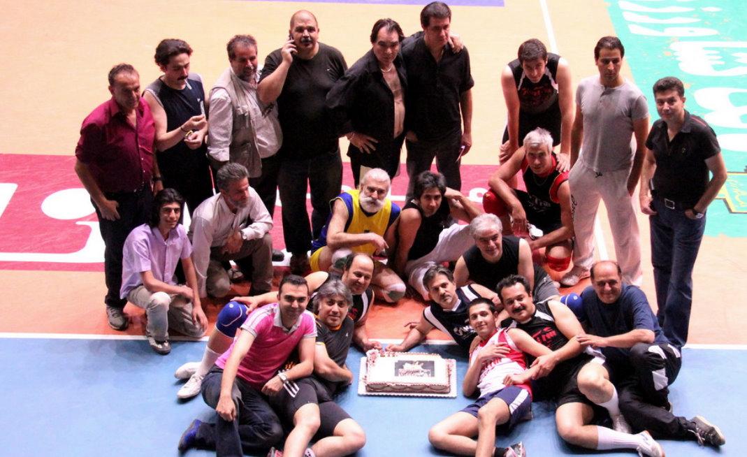 عکسهای جشن تولد در تمرینات والیبال هنرمندان