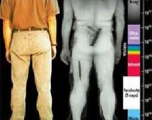 لخت شدن زنی در اعتراض به تفتیش بدنی + عکس !