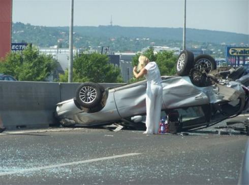 اولین کاری که یک خانم پس از تصادف میکنه چیه !!؟ طنز