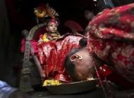 کار های بسیار عجیب مردم نپال با دختران باکره + عکس