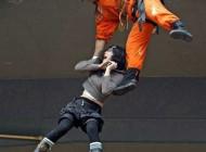 تلاش برای نجات یک زن +(عکس)