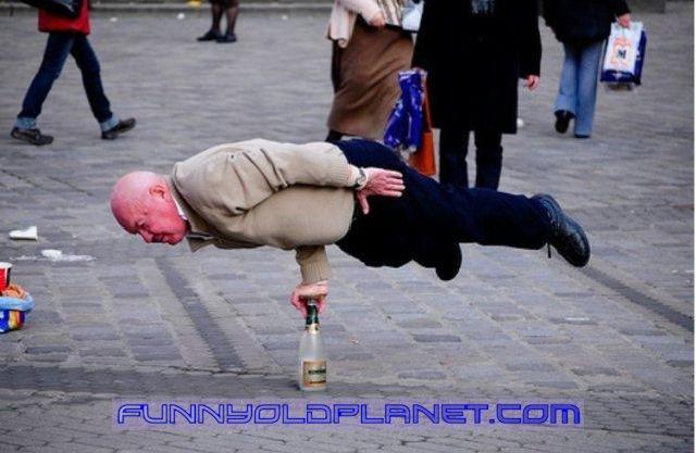 پیرمردی با قدرت عجیب + عکس