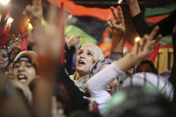 شادی مردم لیبی از سقوط دیکتاتور + عکس