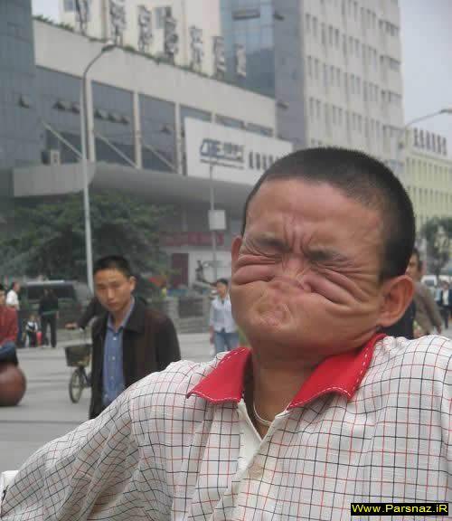 عکس های دیدنی و جالب مردی که بینی خود را گاز می گیرد