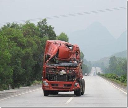 رانندگی مردی با ماشین سنگین بدون سقف