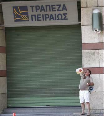 خودسوزی مرد 55 ساله بیرون بانک + عکس