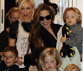 دیدارآنجلینا جولی و فرزندانش با خواننده مشهور در انگلیس