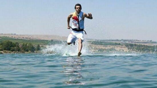 عکسهای عجیب و باور نکردنی از دویدن مردی روی آب