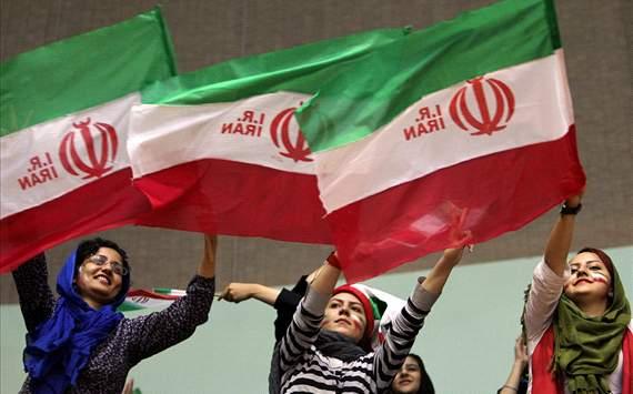 تماشاگران زن در ورزشگاه آزادی + عکس
