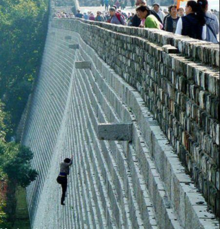 فردی که از دیوار راست بالا می رود