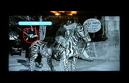 عکسهای جالب زنی با موبایل در فیلم چارلی چاپلین