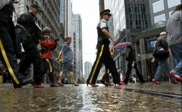 عکس مردان با کفش های پاشنه بلند قرمز در آمریکا