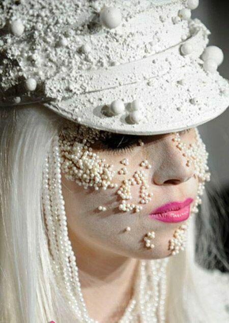 شهرت خواننده زن بخاطر لباس و آرایش عجیب او + عکس