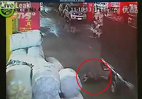 حادثه دلخراش زیر گرفتن یک دختر بچه چینی + تصویر