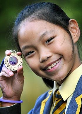 دختر ۱۰ ساله ۱۰ زبانه + تصویر