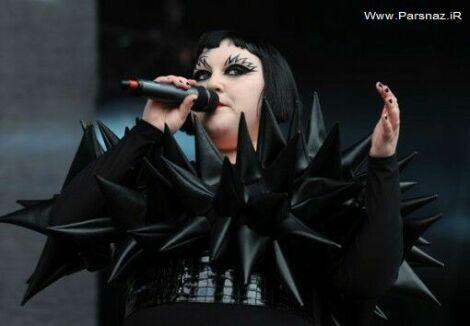 خواننده زن با عجیب ترین لباس در کنسرتش + عکس