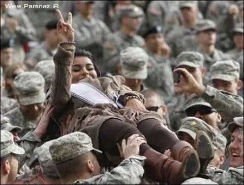 ملکه زیبایی در آغوش سربازان آمریکایی!! + عکس