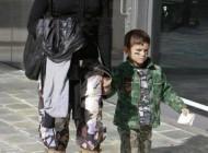 این خواننده زن به همراه فرزندش آماده جنگ شد + عکس