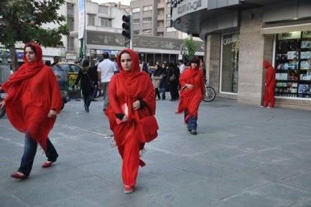 زنان سرخ پوش در میدان فردوسی تهران + تصویر