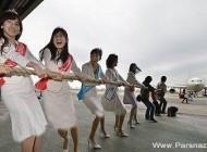 مسابقه کشیدن هواپیما توسط دختران ژاپنی + تصاویر