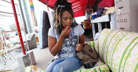 دختری که به خوردن مبل اعتیاد دارد + عکس