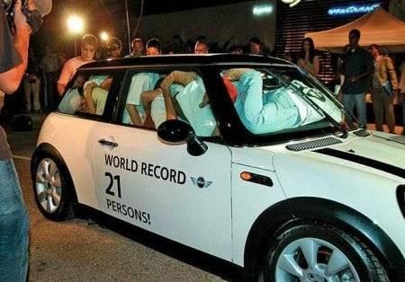 www.parsnaz.ir - سوار شدن 21 زن و مرد یکجا در یک ماشین + عکس
