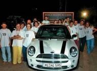 سوار شدن 21 زن و مرد یکجا در یک ماشین + عکس