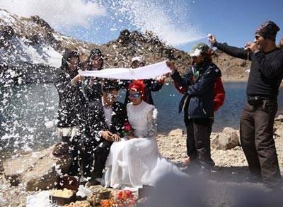 مراسم ازدواج دو جوان در قله سبلان!! + عکس