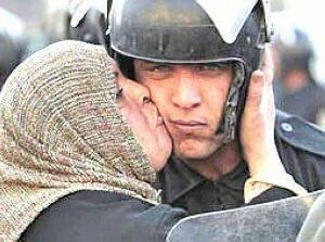 بوسه زن مصری بحث برانگیزترین عکس در سال 2011 !!