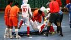 طریقه حمل فوتبالیست مصدوم زن ایرانی به بیرون زمین
