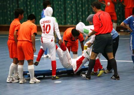 www.parsnaz.ir - طریقه حمل فوتبالیست مصدوم زن ایرانی به بیرون زمین
