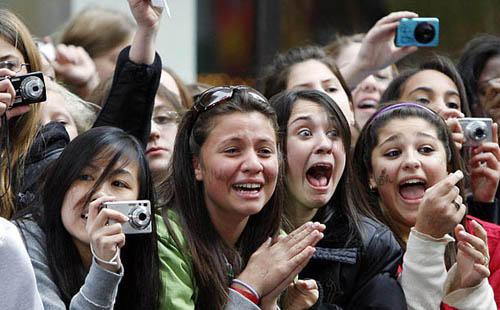 www.parsnaz.ir - هیجان دخترا واسه دیدن خواننده محبوب شون + عکس