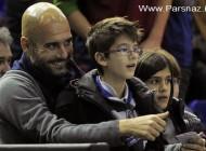 مربی بارسلونا و فرزندانش در حال تماشای مسابقه بسکتبال
