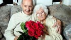 مردی که 70 سال برای همسر خود گل می خرید + عکس