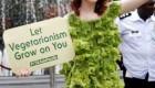 لباس عجیب این زن با سبزی ساخته شده است + عکس