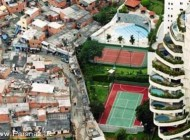 عجیب ترین مرز بین ثروتمندان و فقرا یک شهر + عکس
