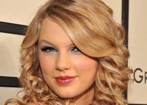 این دختر زیبا پر درآمد ترین خواننده در سال 2011 شد + عکس