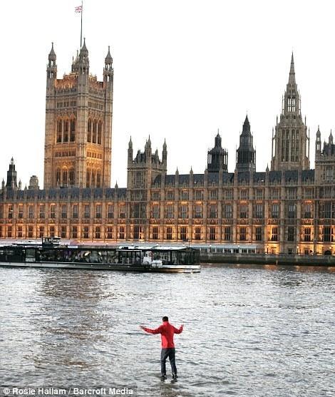 تصاویر بسیار دیدنی و باورنکردنی مردی که روی آب می ایستد